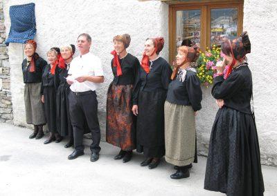 Daniel Personnaz, maire de Bessans en 2008, s'apprête à dévoiler la plaque en hommage à Eugénie Goldstern, entouré de femmes en costume du village