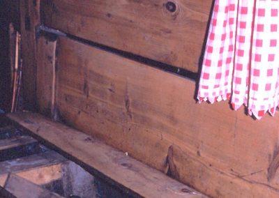 Avérole un lit clos avec la banquette-mangeoire pour les brebis ou les lapins, comme ici