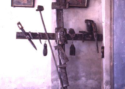 Crucifix et 2 tableaux
