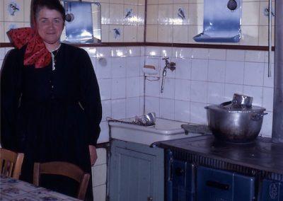 Thercile Personnaz en costume dans sa cuisine