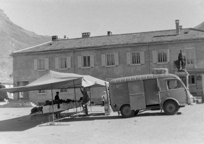 Bessans la place de la Mairie  photo Peter Guggenbühl 1967