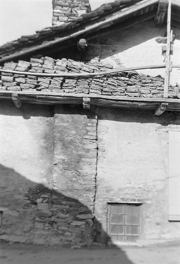 Maison avec grébons photo Peter Guggenbühl 1967