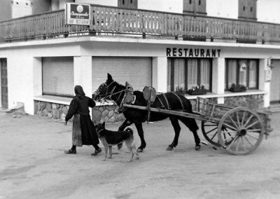 Femme avec mule et tombereau sur la place de Bessans  photo Peter Guggenbühl 1967